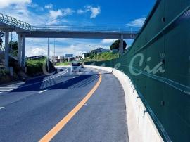 O gradil Belgo Rodofor® possui propriedade antiofuscante que evita o ofusque da visão dos motoristas que circulam em pistas opostas, oferecendo mais segurança nas estradas.